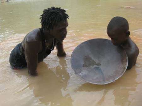 Maroon kid panning in Brokopondo, Suriname. Photograph by M. Heemskerk